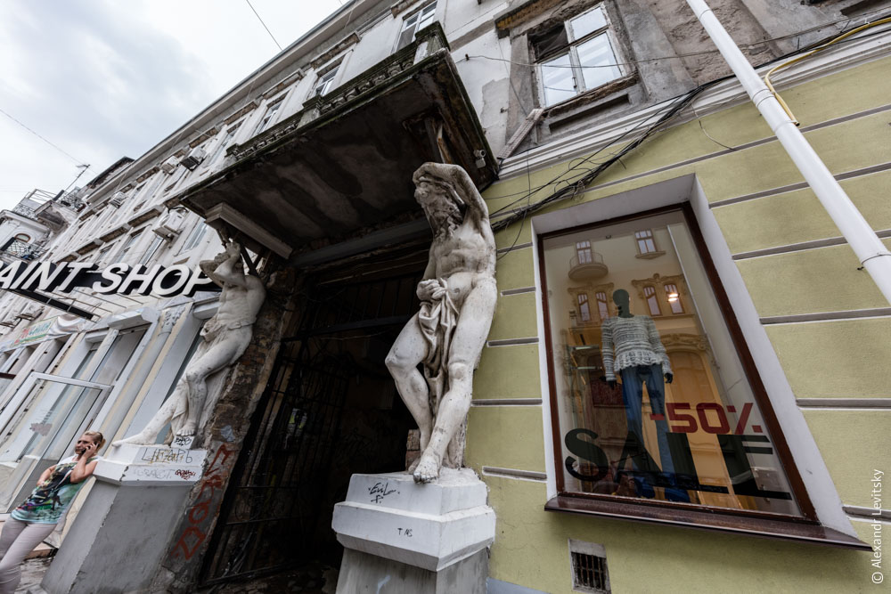Атланты держат балкон. Одесса, Украина